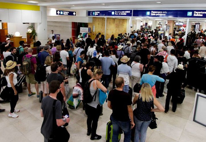Hasta las 18 horas de ayer, en el aeropuerto de Cancún no se tenía el registro de vuelos cancelados. (Francisco Gálvez/SIPSE)