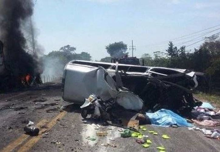 La circulación del tramo carretero permanece cerrada en lo que se levantan los cuerpos y finalizan los peritajes correspondientes. (Twitter.com/@LupitaJuarezH)