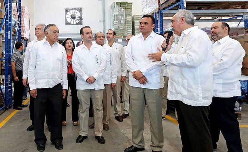 Meljem Charruf Navarrete (con micrófono) destacó el liderazgo comercial de Yucatán en el sureste. (Milenio Novedades)