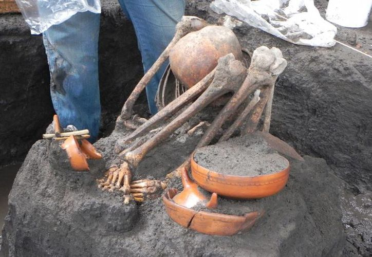 Las obras en el Metro de la Ciudad de México arrojaron evidencias nunca antes vistas sobre los aztecas: cráneos de mujer y perro con sígnos de haber sido empalados. (Agencias)