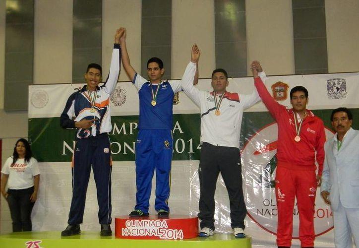 Los jóvenes Carlos Adrián Sansores y Christopher Muzquiz, subieron al pódium de ganadores. (Redacción/SIPSE)