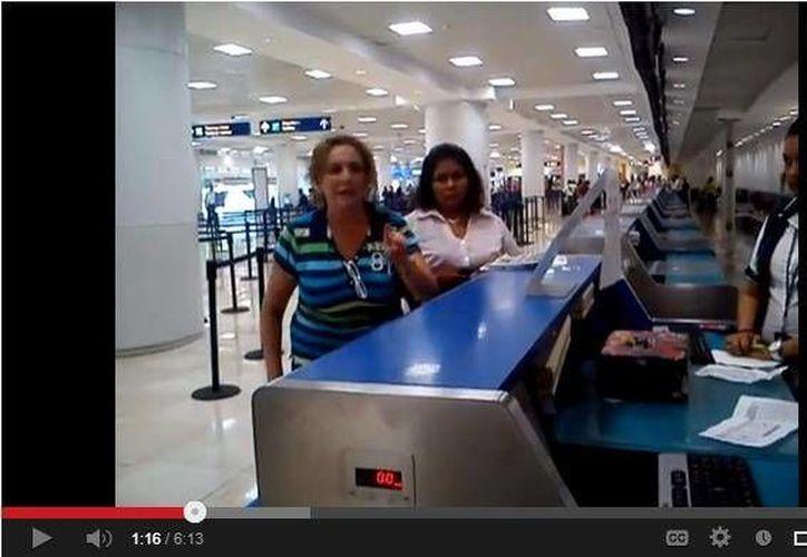 La senadora, ayer, en el Aeropuerto Internacional de Cancún. (SIPSE)