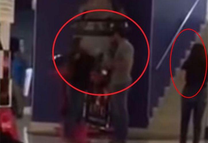 Una mujer encontró a su pareja siéndole infiel. (Captura YouTube).