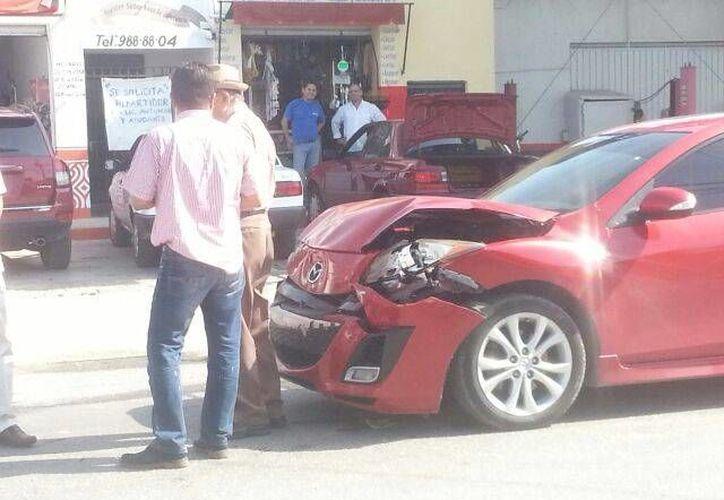 El vehículo Mazda fue el que 'sacó' la peor parte en un choque, por el rumbo de la Macroplaza, en Mérida. (William Sierra/SIPSE)