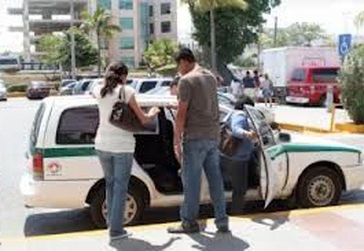 Piden a los usuarios anotar el número económico del taxi y la hora del servicio para poder sancionar a  los choferes. (Redacción/SIPSE)