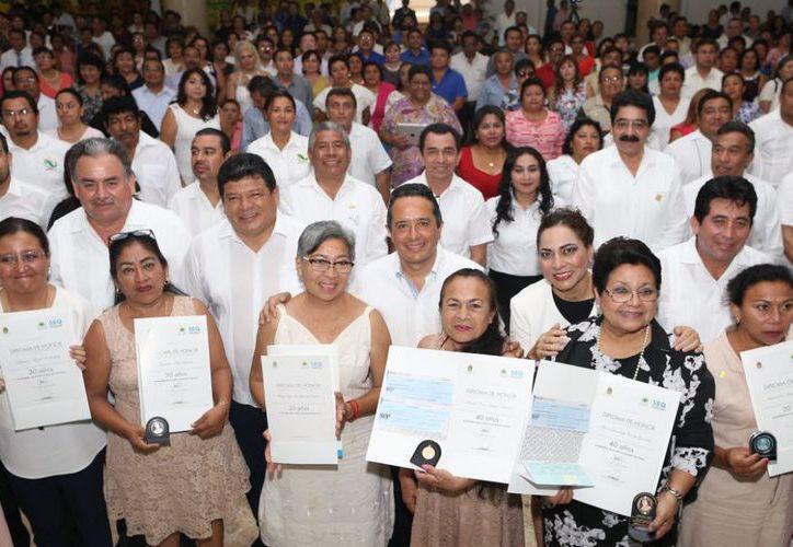 El gobernador celebró a los docentes en su día, marco en el que además destacó la labor que desempeñan en sus comunidades. (Foto: Redacción / SIPSE)