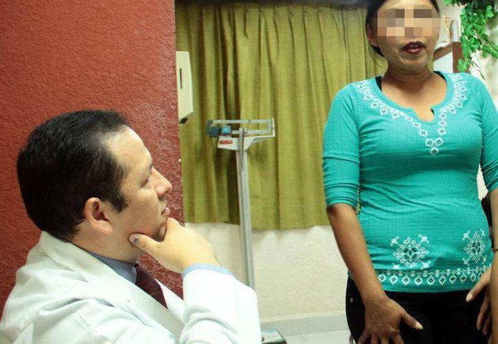 La suduración excesiva afecta la autoestima de quienes la padecen. Imagen de contexto del especialista mientras atiende a una paciente. (Milenio Novedades)