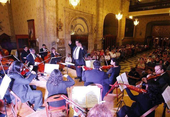 La  Orquesta de Cámara de la Uady ofreció un concierto en la Iglesia de El Jesús, el cual reunió a representantes religiosos de diferentes confesiones cristianas. (Milenio Novedades)