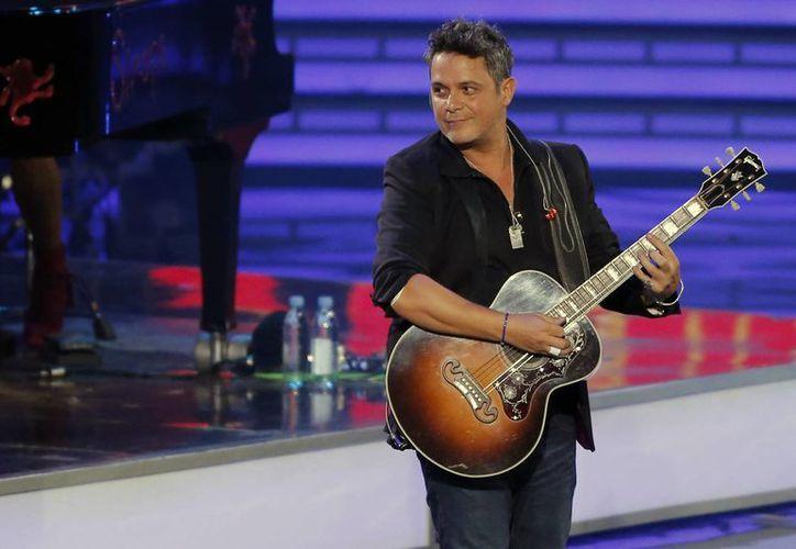El cantautor español realizó una presentación de una hora y 20 minutos, suficiente para llevarse las gaviotas Plata y Oro, respectivamente.(AP)