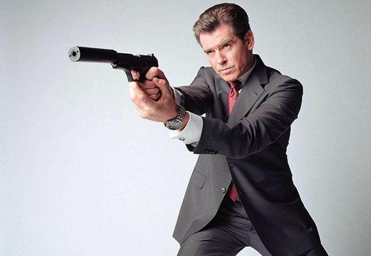 Pierce Brosnan, quien encarnara al Agente 007 en la década de los 90, dice que la próxima entrega de la saga debe tener un James Bond gay o negro. La imagen es de archivo (excelsior.com.mx)