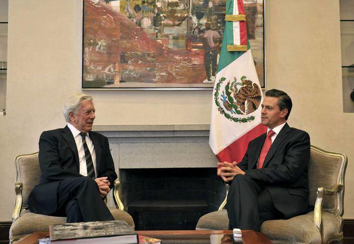 El presidente Enrique Peña Nieto sostuvo un encuentro privado con el laureado escritor Mario Vargas Llosa. (Notimex)