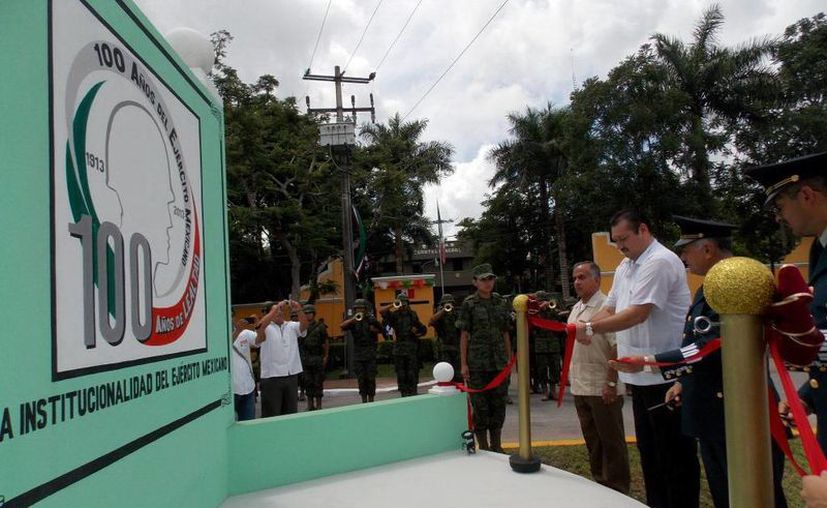 Autoridades en la inauguración en honor al Ejército Mexicano. (Milenio Novedades)