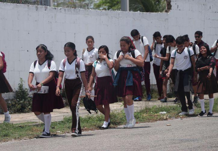 Autoridades buscan evitar golpes de calor en los estudiantes. (José Acosta/Novedades Yucatán)