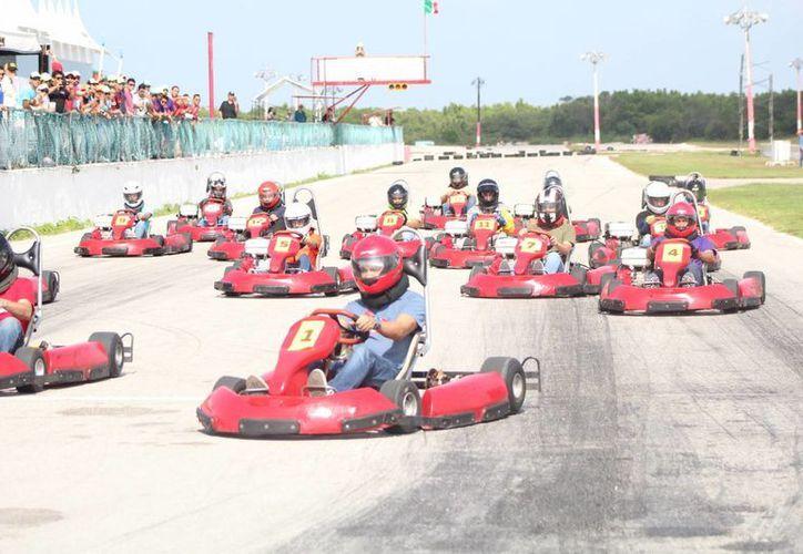 El equipo que haya quedado en el primer lugar, para el segundo heat tendrá que salir de la última posición con el kart perdedor. (Ángel Mazariego /SIPSE)