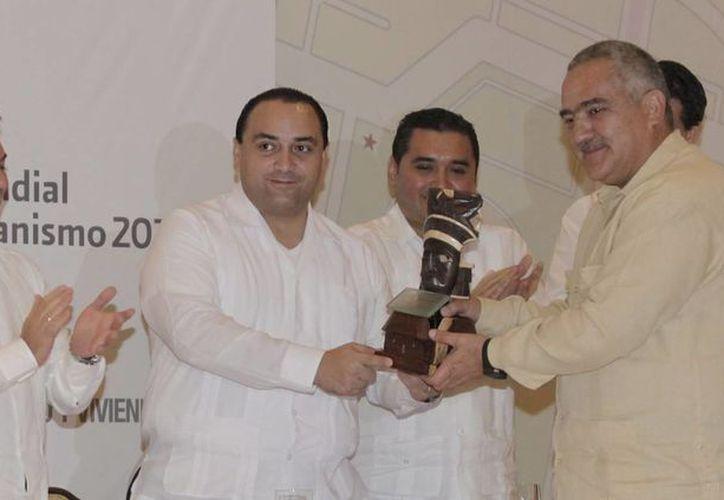 El jefe del Ejecutivo entregó el reconocimiento al director de Producción de Grupo Vinte. (Cortesía/SIPSE)