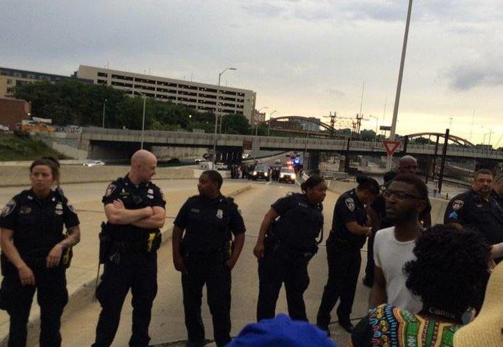 La policía de Baltimore detuvo a los participantes en una marcha contra la brutalidad policial que bloquearon una carretera interestatal (Twitter: @justingeorge)