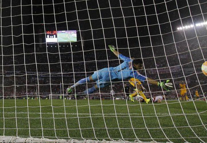 Lucas Alario, en el primer tiempo, y Carlos Sánchez, de penal (foto), y Funes Mori sepultaron las esperanzas de que Tigres de la UANl fuera el primer club mexicano en ganar la Copa Libertadores. La final de vuelta la ganó River 3-0 y así quedó también el marcador global. (Foto: AP)