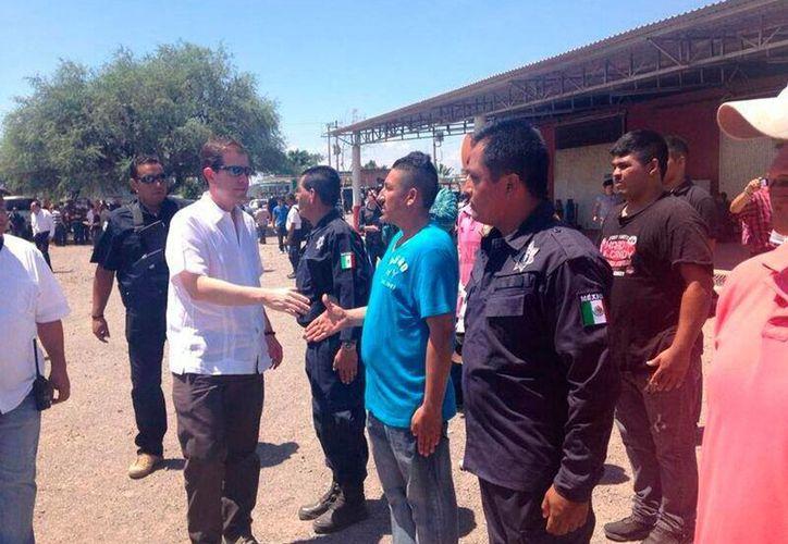 El comisionado Alfredo Castillo (de lentes negros) se reunió con integrantes del Consejo General de Autodefensas. (Twitter/@comisionadomich)