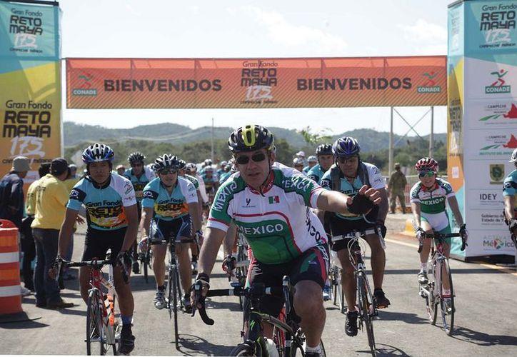 Calderón cruzó la meta y levantó el brazo para saludar a los que esperaban su arribo. (www.presidencia.gob.mx)