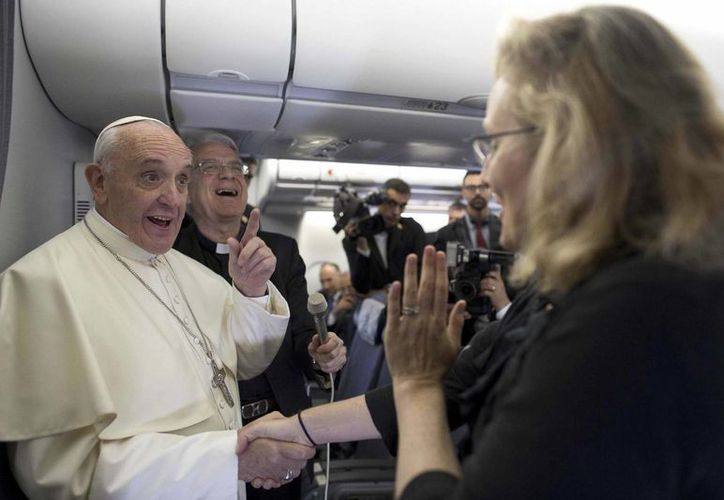 Imagen de archivo de el Papa Francisco bromeando con la corresponsal de AP Nicole Winfield en el avión papal durante el vuelo a Río de Janeiro, Brasil en julio de 2013. (Agencias)