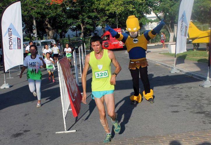 Irving Villa ganó por tercera ocasión al hilo la Carrera Centenario del Ejército Mexicano. (Milenio Novedades)