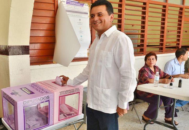 Fredy Efrén Marrufo emitiendo su voto. (Julián Miranda/SIPSE)