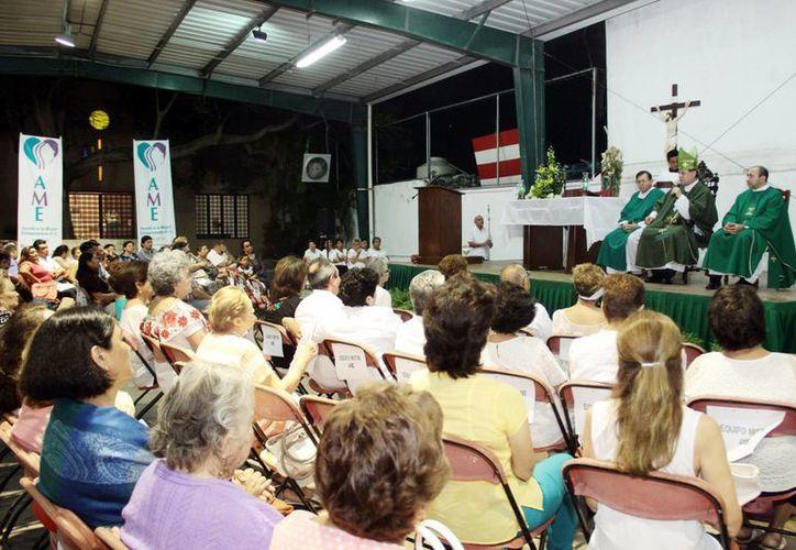 La organización Ayuda a la Mujer Embarazada (AME) celebró una misa por el 19o aniversario con el Arzobispo de Yucatán, Monseñor Gustavo Rodríguez Vega. (Milenio Novedades)