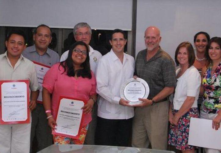 El alcalde entregó los reconocimientos a los integrantes de la fundación. (Cortesía/SIPSE)