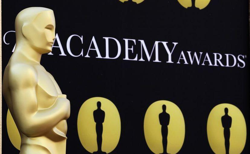 Una estatua gigante del Oscar, a las afueras del Teatro Kodak, durante la ceremonia 82 de los Premios de la Academia. (Agencias)