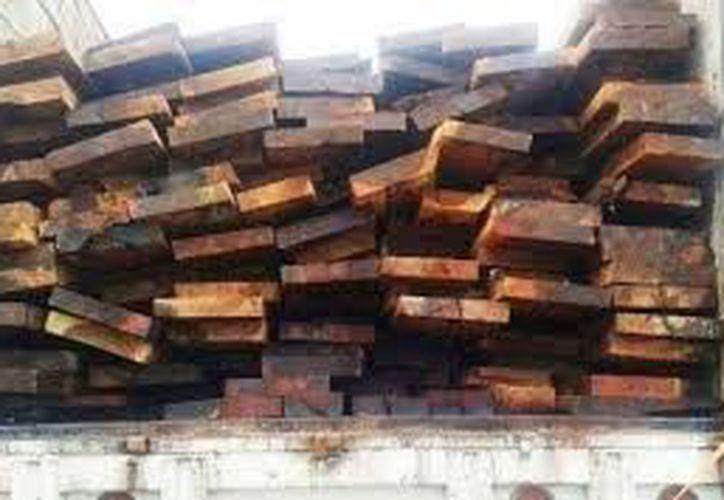 La Profepa aseguró un cargamento de madera porque los propietarios pretendieron acreditar su legal posesión con documentos que tenían irregularidades. La foto no corresponde al producto decomisado, y está utilizada sólo como contexto. (Archivo)