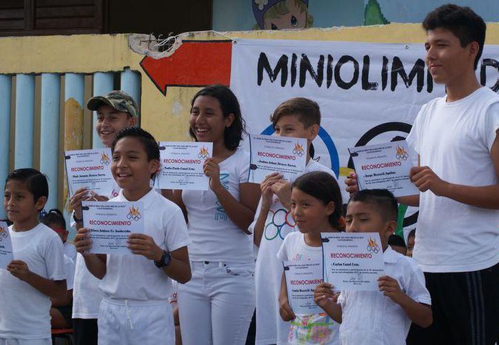 Este grupo de chicos posó orgulloso con sus diplomas. (Ángel Villegas/SIPSE)