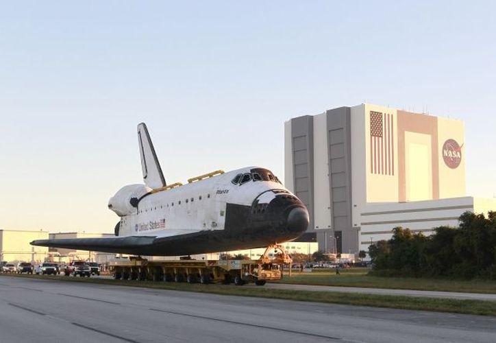El Atlantis es trasladado del Edificio de Ensamble de Vehículos sobre una plataforma hacia el Complejo de Visitantes del Centro Espacial Kennedy. (Agencias)