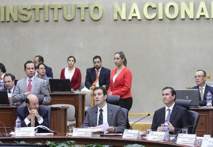 Según siete de los diez partidos, el INE realiza actos contrarios a la ley y la equidad. (Notimex)
