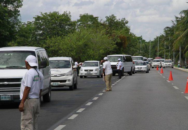 Los taxistas continúan con marchas en varios puntos del estado. (Tomás Álvarez/SIPSE)