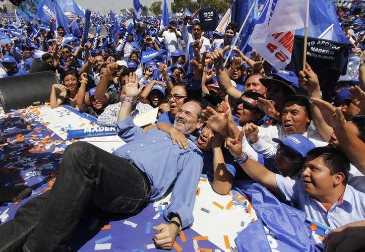 Ante gobernadores y alcaldes panistas, así como miles de personas y simpatizantes, Gustavo Madero, candidato a la presidencia nacional del PAN, abrió campaña en Puebla con un mitin. (Notimex)