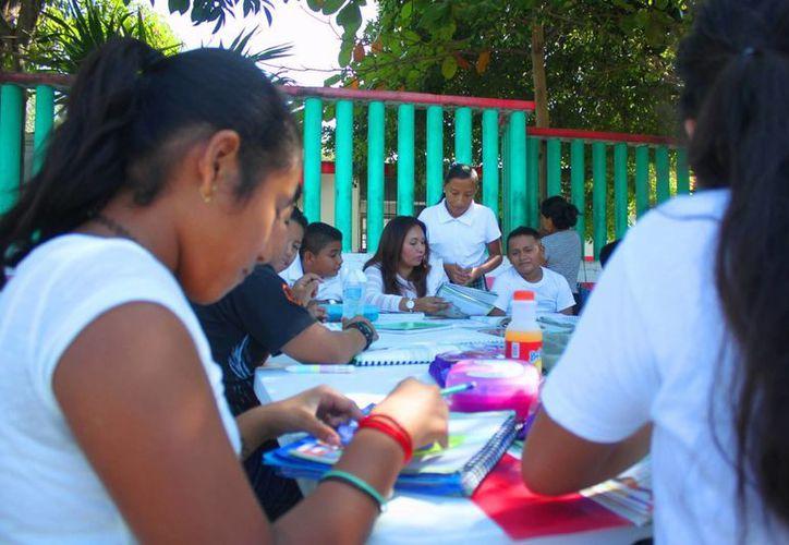 Los padres de los niños apoyan a la maestra Elsy Chi Cauich, quien se encuentra dando clases fuera del plantel educativo. (Daniel Pacheco/SIPSE)