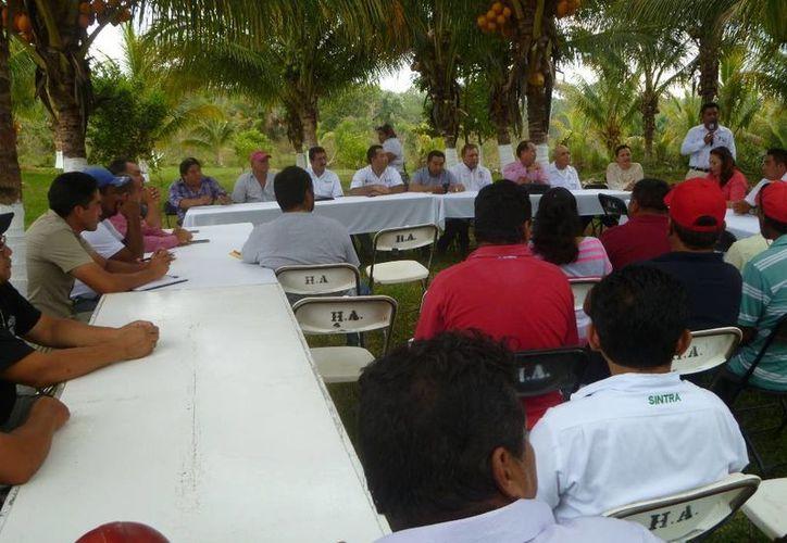 El alcalde encabezó la primera reunión con integrantes de cooperativas turísticas y pesqueras. (Raúl Balam/SIPSE)
