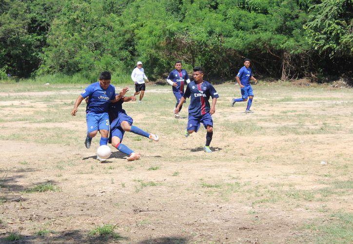 En su primer partido de la competencia, los Halcones de Mártires golearon 7-0 a La Fraternidad. (Miguel Maldonado/SIPSE)