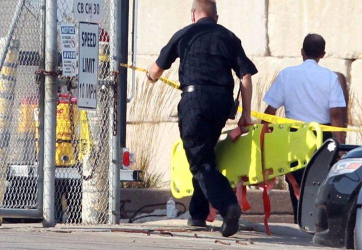 Unidades de rescate llegan a la planta Total Metal Recycling para atender a los heridos, tras una explosión que dejó, hasta ahora, 2 muertos. (AP)