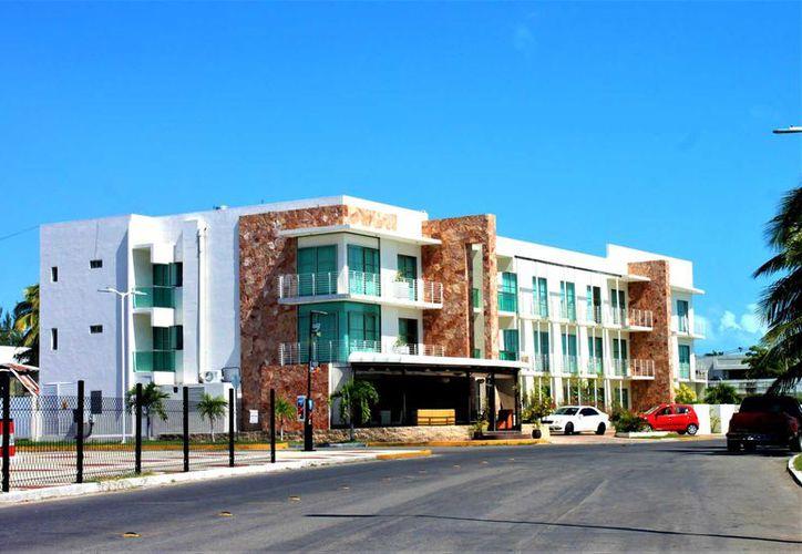 La capital cuenta con 72 hoteles y dos mil 196 cuartos, mientras que Mahahual con 500 habitaciones entre posadas y cabañas.