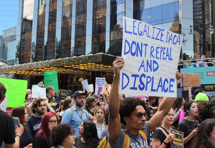Los manifestantes se reunieron frente a la Torre Trump. (Foto: Notimex)