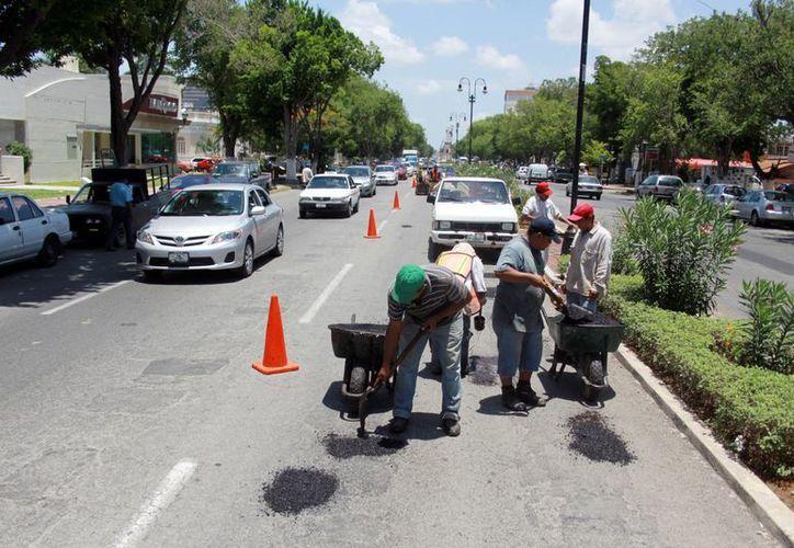 Se colocará nuevo asfalto a Circuito Colonias. (Christian Ayala/SIPSE)