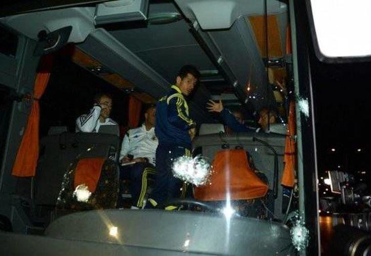 El autobús en el que viajaban jugadores y cuerpo técnico del Fenerbahce recibió varios impactos de arma de fuego, lo cual dejó lesionado al chofer y pudo haber provocado una tragedia. Hoy hay dos sospechosos arrestados. (elespectador.com)