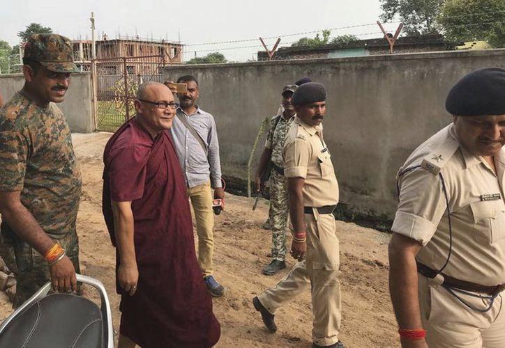 El monje bangladesí Bhante Sangh Priya, de 55 años, es detenido por policías en Bodh Gaya. (AP)
