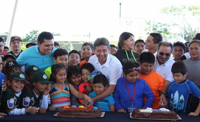 No podía faltar el tradicional corte de pastel para celebrar estos 47 años. (Foto: Milenio Novedades)
