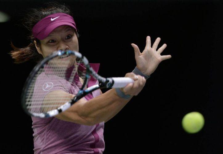 Por el hecho de jugar la final, Na Li llegará por primera vez en su carrera al tercer sitio en el ranking de la WTA. En la foto, devuelve un servicio a Kvitova. (Agencias)