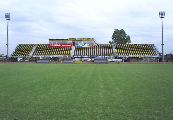 Imagen de contexto del estadio Fragata Sarmiento del club Almirante Brown de la 3a división profesional del futbol argentino, cerca del cual ocurrieron los hechos que hoy tienen de luto a afición y equipo. (Wikipedia.org).