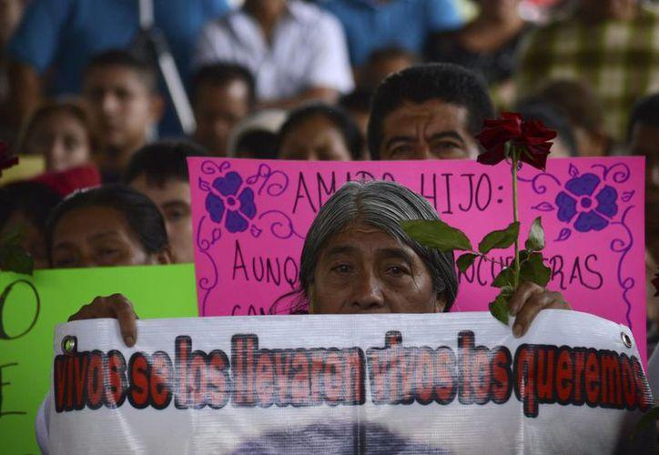 Además de recordar a los alumnos que desaparecieron a manos de policías corruptos de Iguala y el cártel Guerreros Unidos el pasado 26 de septiembre, el acto tuvo como fin acompañar a sus padres en estas festividades. (EFE/Archivo)