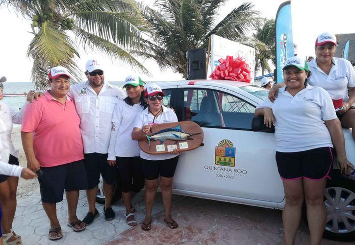 """El equipo de la embarcación Romina, comandada por Nazaria de Quian, se lleva los máximos honores en el Torneo de Pesca femenil """"La Diosa del Mar"""". (Raúl Caballero/SIPSE)"""