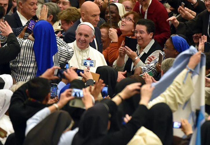 El Papa Francisco es toda una celebridad en países muy muy católicos como Francia y España y hasta en los no católicos como Rusia y EU. (Archivo/EFE)